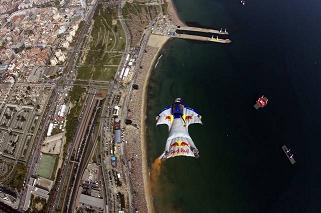 http://www.elperiodicodearagon.com/noticias/sociedad/alarma-francia-cinco-muertes-verano-moda-hombres-pajaro-wingsuit_877164.html
