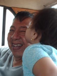 El tio Never jugando con su nieta Ibis
