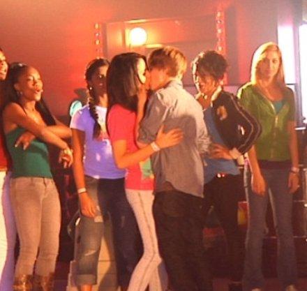 Justin Bieber le da un beso a Jasmine Villegas en Baby