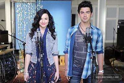 """Make A Wave"" Joe Jonas Y Demi Lovato"