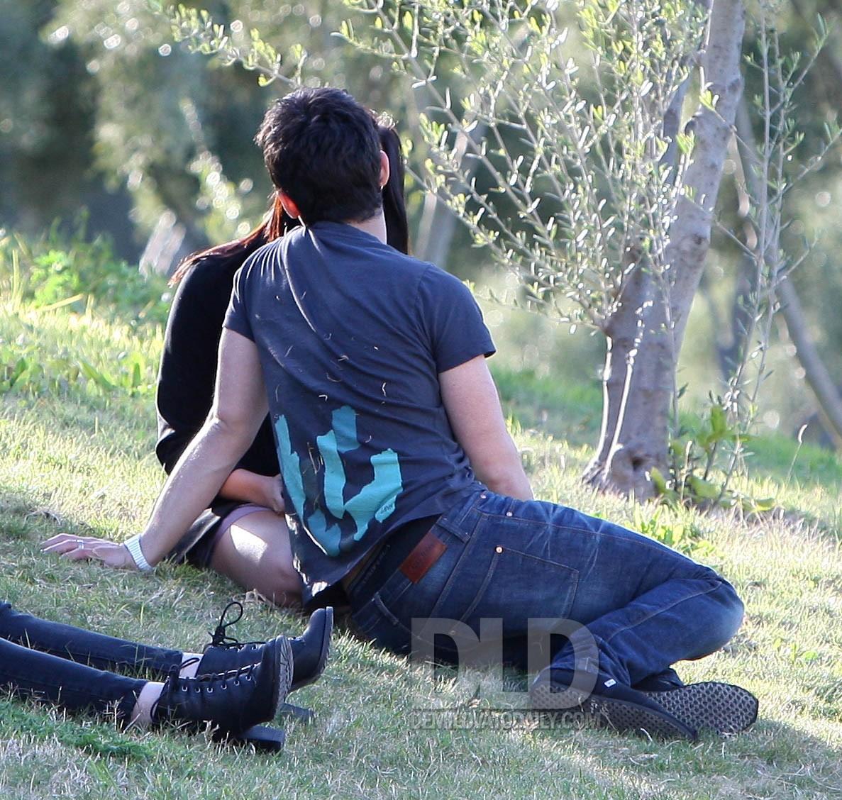 Demi Lovato and Joe Jonas Kissing