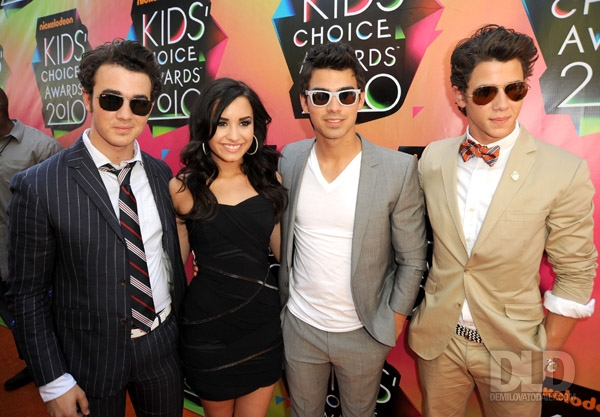 Jonas Brothers con Demi Lovato kids-choice-awards-2010-29