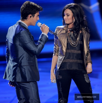 Joe Jonas y Demi Lovato en American Idol cantando Make A Wave