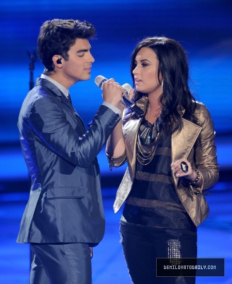 "Joe y Demi en American Idol ""Make A Wave"""