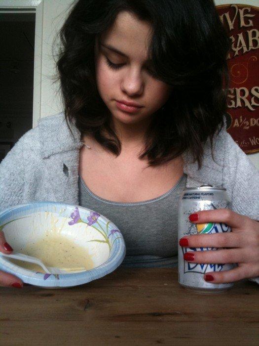 selena comiendo crema y sprite