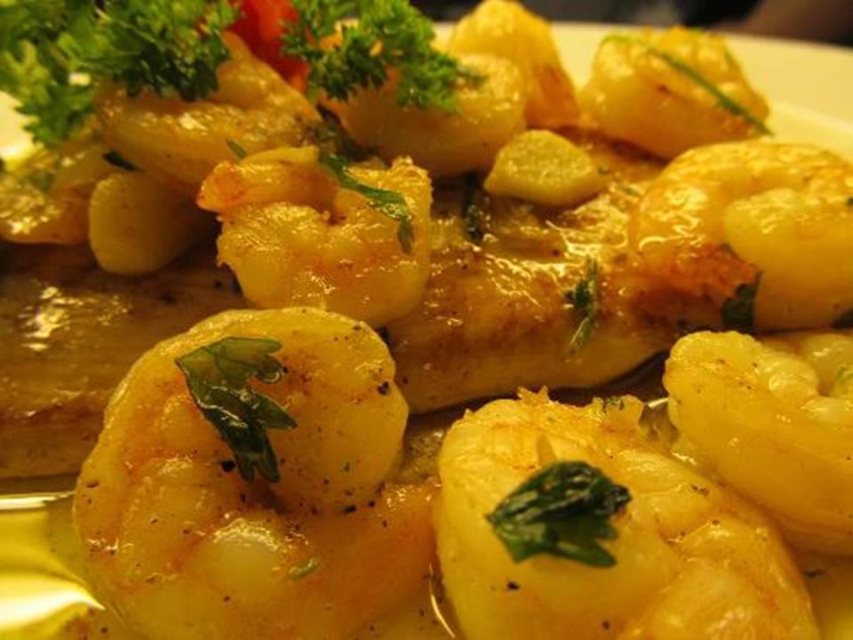 Deliciosa rebanada de corvina bañada con salsa de camarones