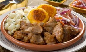 Este plato es típico de nuestro país y se lo prepara con carne de cerdo y  diversos acompañantes