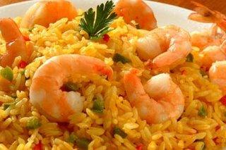 Un delicioso arroz meloso con camarones será el deleite de todos, perfumado con unas hojitas de albahaca