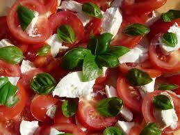 Ensalada de tomate, albahaca y queso