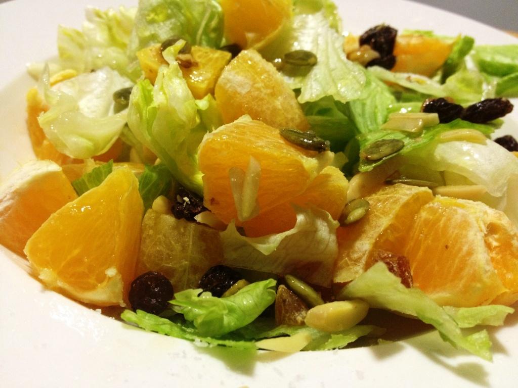 Ensalada  de lechuga, naranja y pimiento rojo