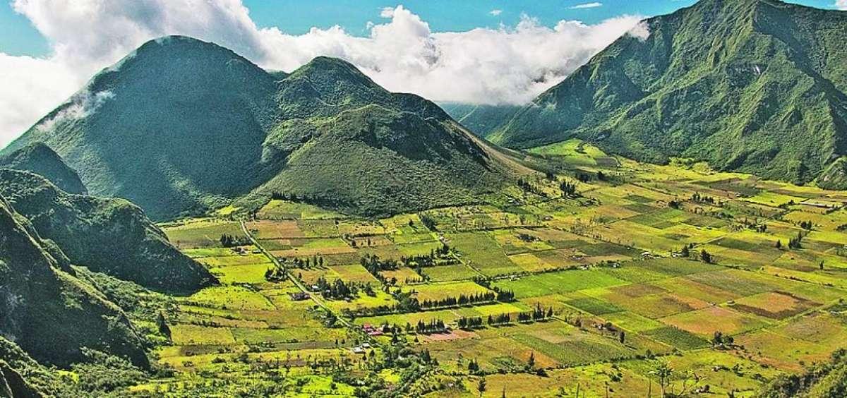 Viajes y turismo excursiones a volcán Pululahua Quito Ecuador. Turismo Aventura