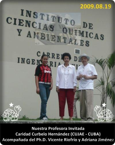 Caridad, Adriana y Vicente al píe del ICQA, 2009.08.19